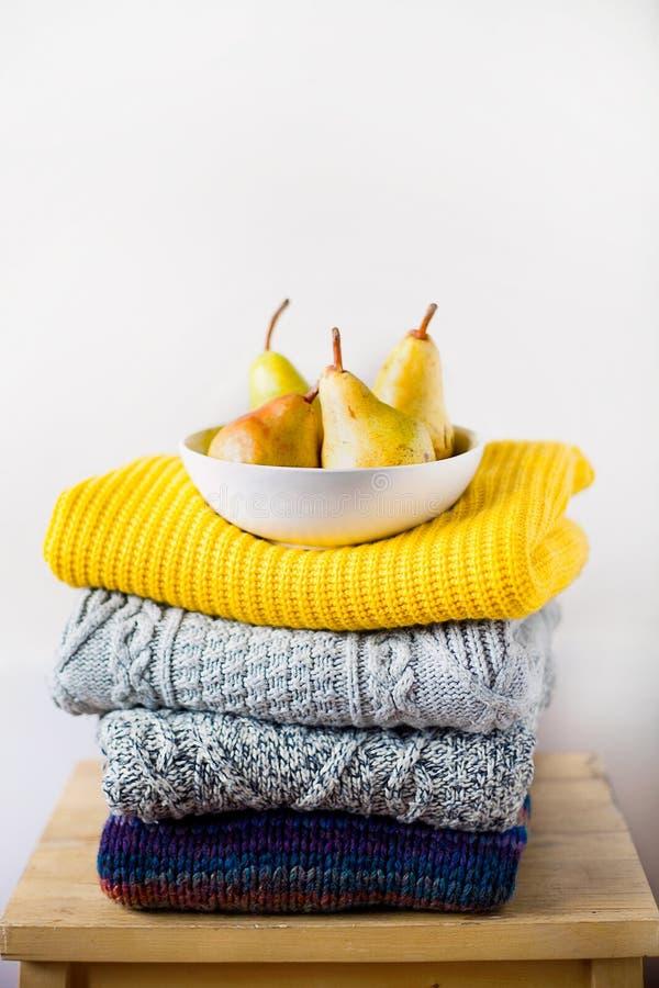 Pile ou pile de couleurs tricotées à la mode, vêtements en laine ou pull-overs avec différents motifs de tricot photos libres de droits