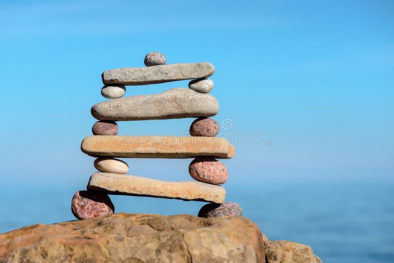 Pile pyramidale des cailloux image libre de droits