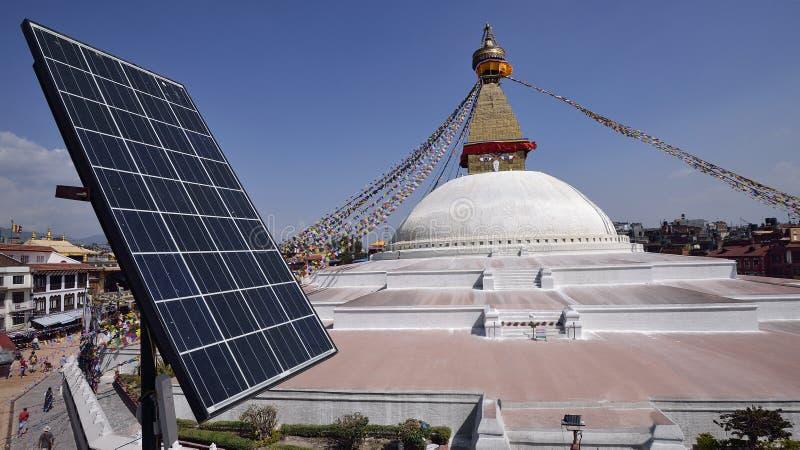 Pile solaire au-dessus toit de restaurant près de Bodhnath Stupa dedans photos libres de droits