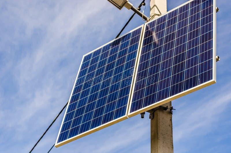 Pile solaire sur le pilier images libres de droits