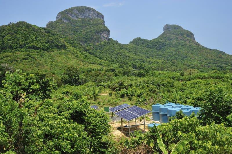 Pile solari nell'ambiente tropicale. immagini stock libere da diritti
