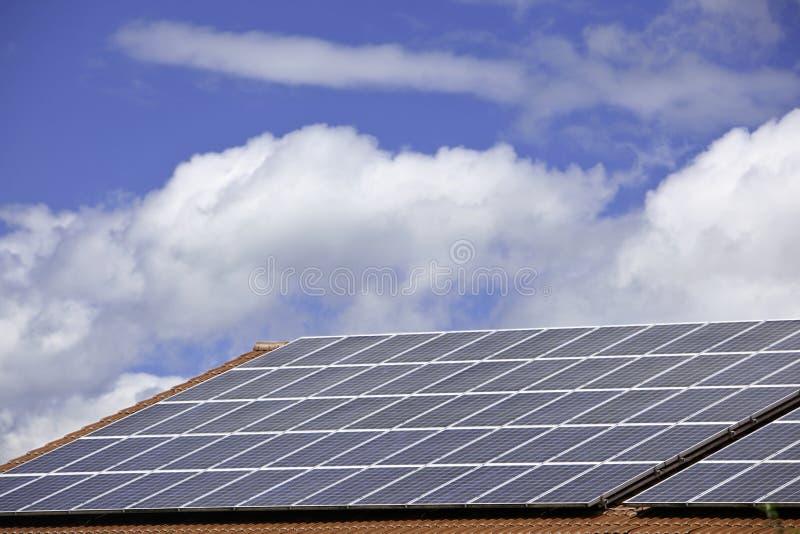 Pile solari per produzione di energia su un tetto immagini stock