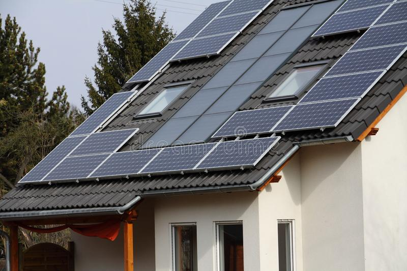 Pile solari sul tetto fotografia stock