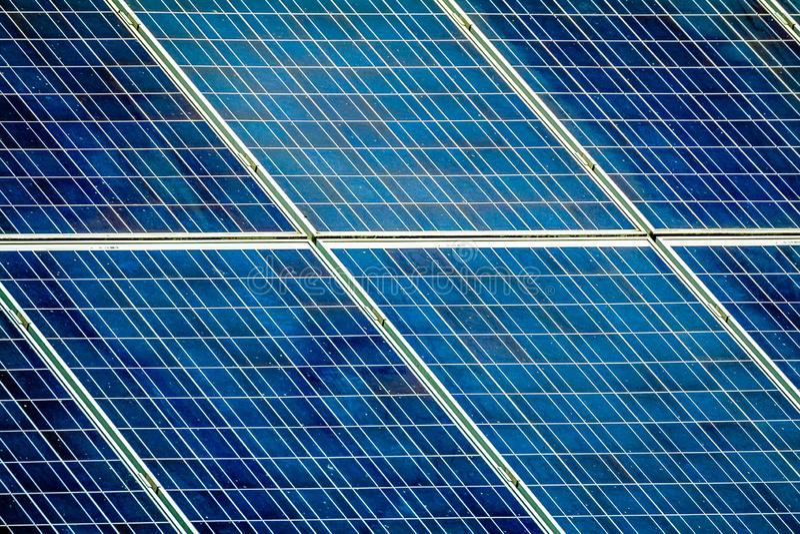 Pile solari sul tetto fotografie stock libere da diritti