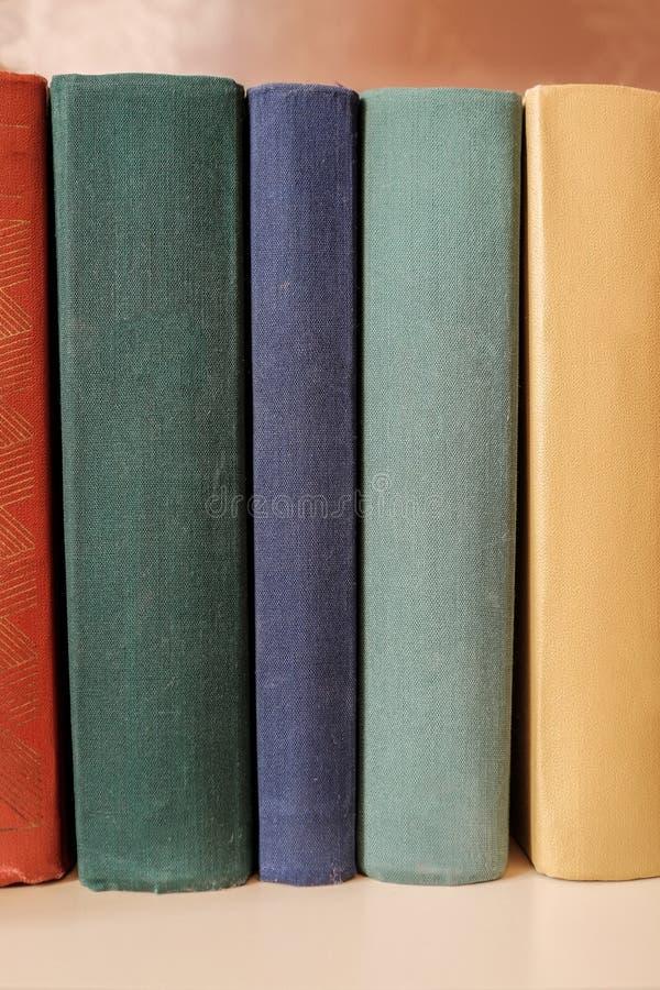 Download Pile Verticale De Vieux Livres Sur Une étagère Photo stock - Image du ramassage, examen: 76089364