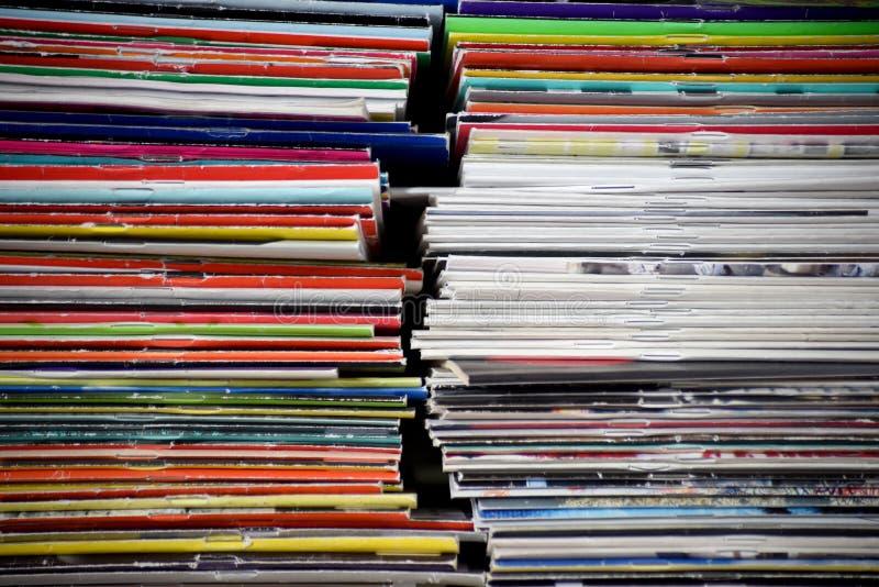 Pile verticali di riviste variopinte adiacenti immagine stock libera da diritti