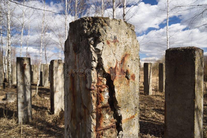 Piles concrètes rouillées criquées soviétiques abandonnées au ciel nuageux images libres de droits