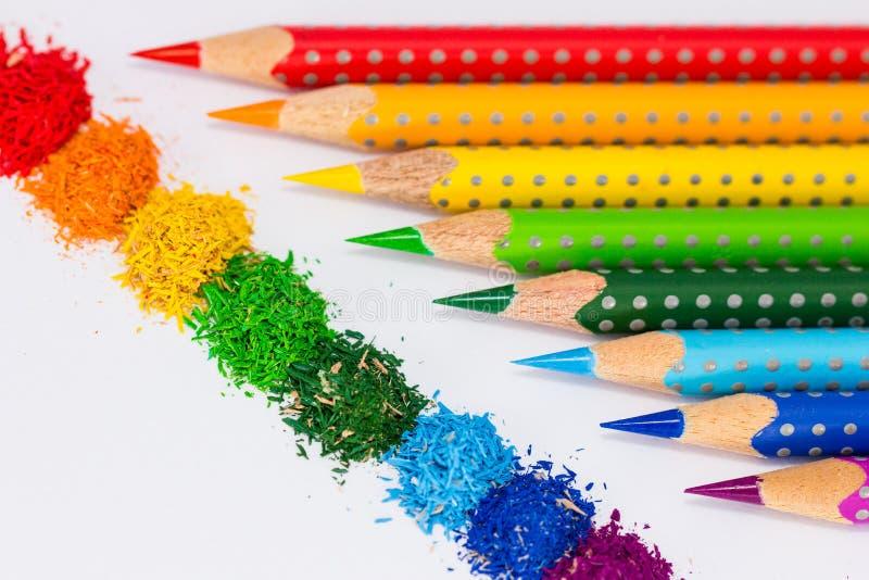 Piles d'arc-en-ciel et de couleur de crayon de couleur image stock