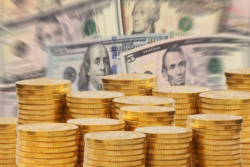 Piles d'or d'argent devant une pile des billets de banque du dollar Euro concept d'argent et de finances photographie stock