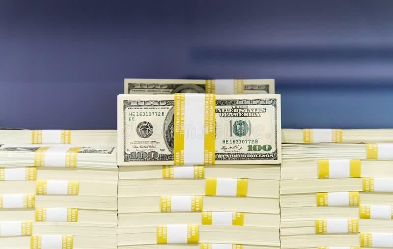 Piles d'argent liquide - 100 billets d'un dollar images libres de droits