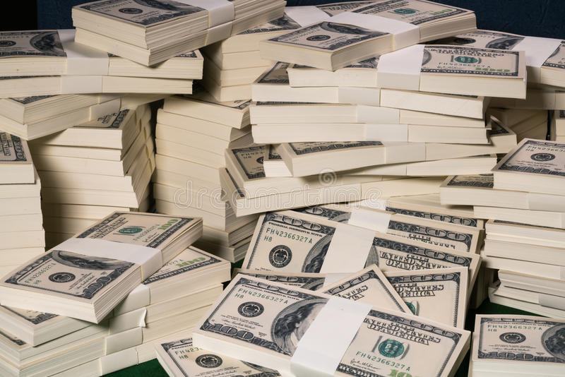 Piles d'un million de dollars US dans cent billets de banque du dollar image stock