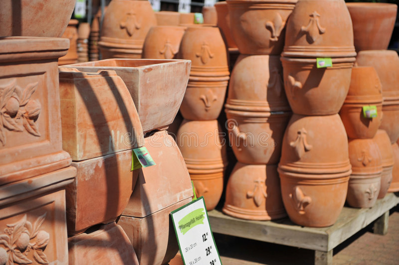 Piles de bacs de terre cuite photo stock