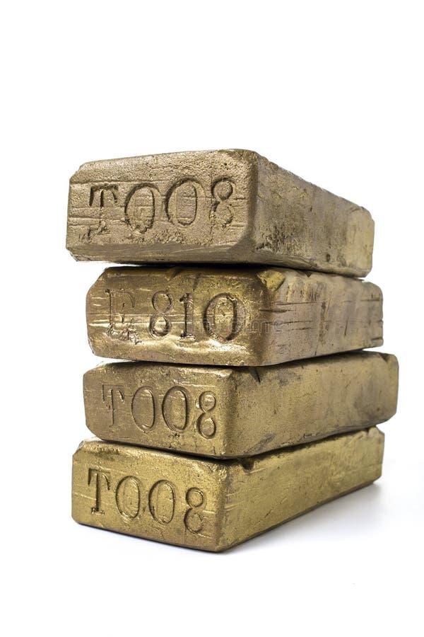 Piles de barres d'or massif images stock