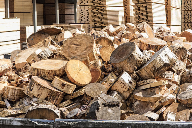 Piles de bois de charpente dans une scierie photographie stock libre de droits
