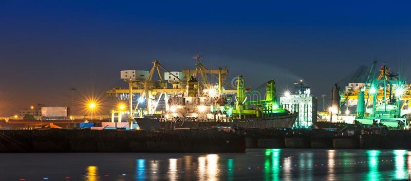 Piles de bois de construction aux docks et aux piles du sable photographie stock libre de droits