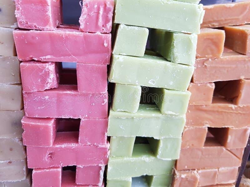 piles de bonbon à lait dans diverses saveurs et couleurs, bonbons traditionnels dans la ville de Toluca photos libres de droits