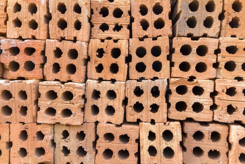 Piles de briques dures de construction images stock