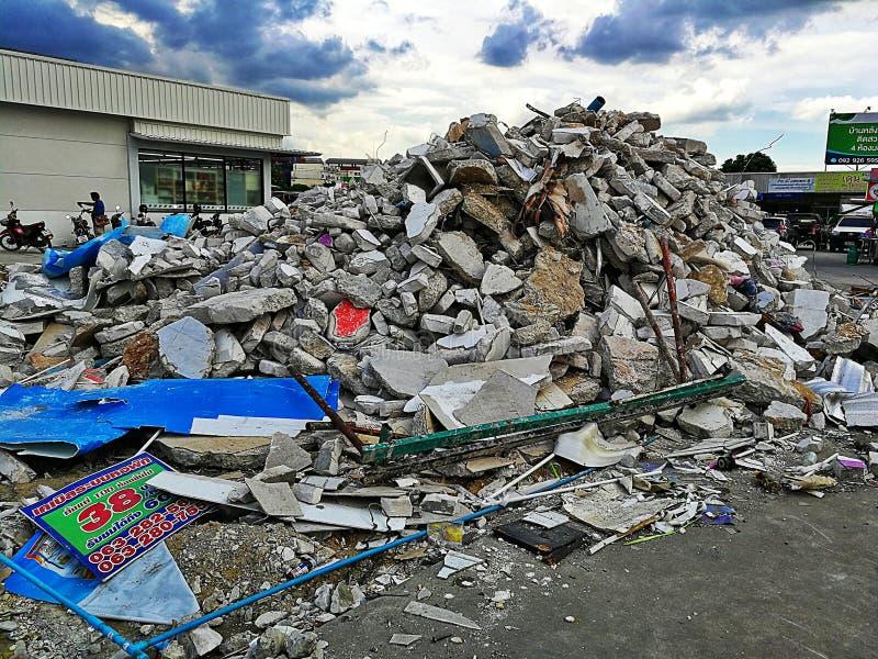 Piles de briques de pierre causées par la destruction de bâtiments à Bangna, Thaïlande photographie stock
