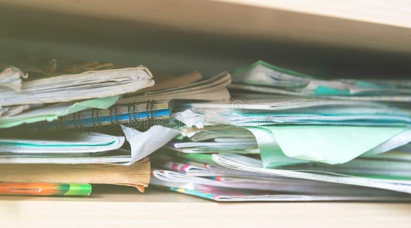 Piles de carnets et de fournitures scolaires - désordre image stock