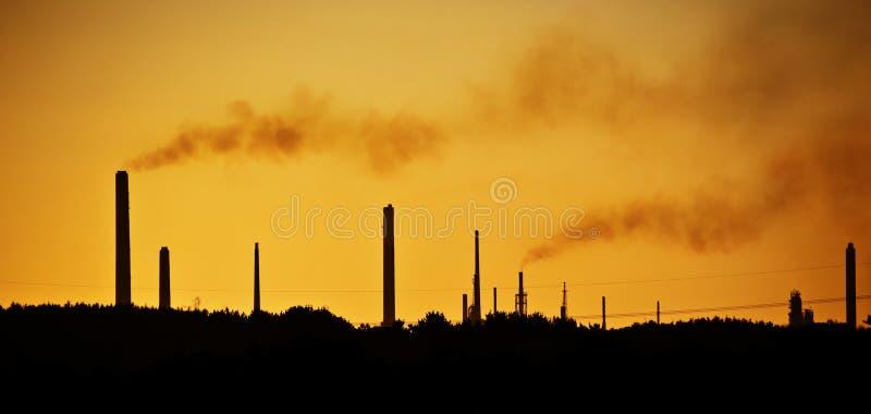 Piles de cheminée industrielles polluant l'air image libre de droits