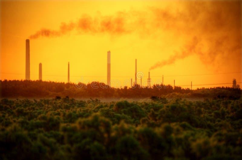 Piles de cheminée industrielles polluant l'air images stock