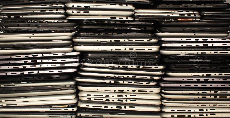 Piles de comprimés et de smartphones démontés photos libres de droits