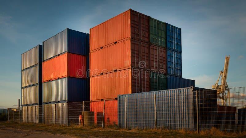 Piles de conteneur dans le port de Hambourg par temps beau photo stock