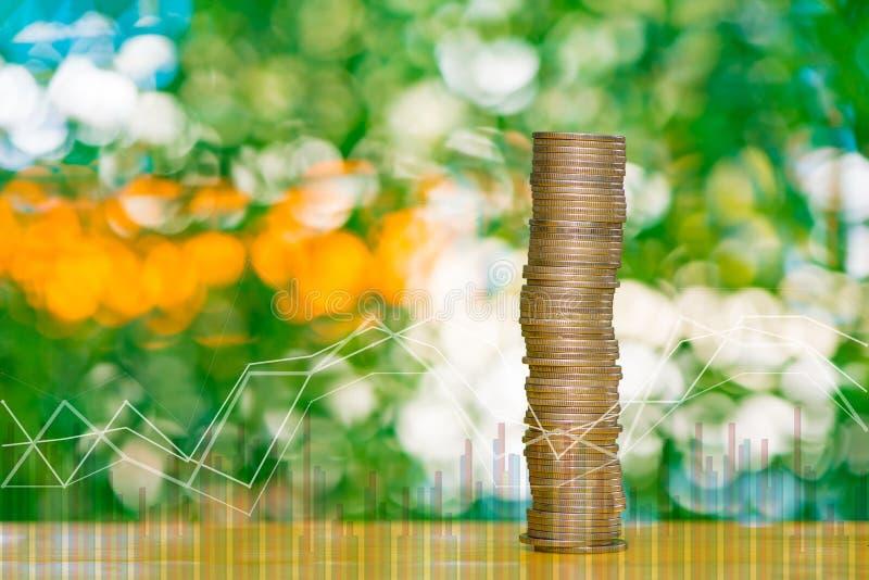 Piles de double exposition de pièces de monnaie sur la table dans le jardin avec le fina image libre de droits