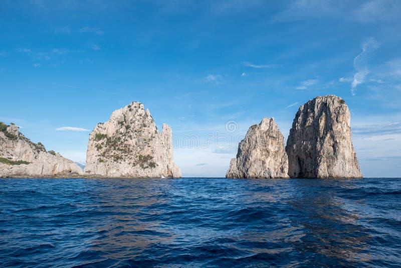 Piles de mer outre de la côte de Capri, Italie Ils sont appelés Stella, Faraglione di Mezzo avec la voûte, et Fraglione di Furori photos libres de droits