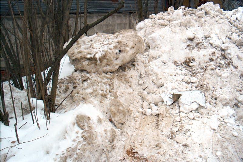 Piles de neige de dégel sale photo libre de droits