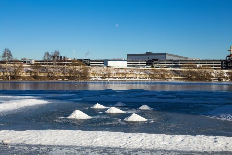 Piles de neige sur la rivière congelée image libre de droits
