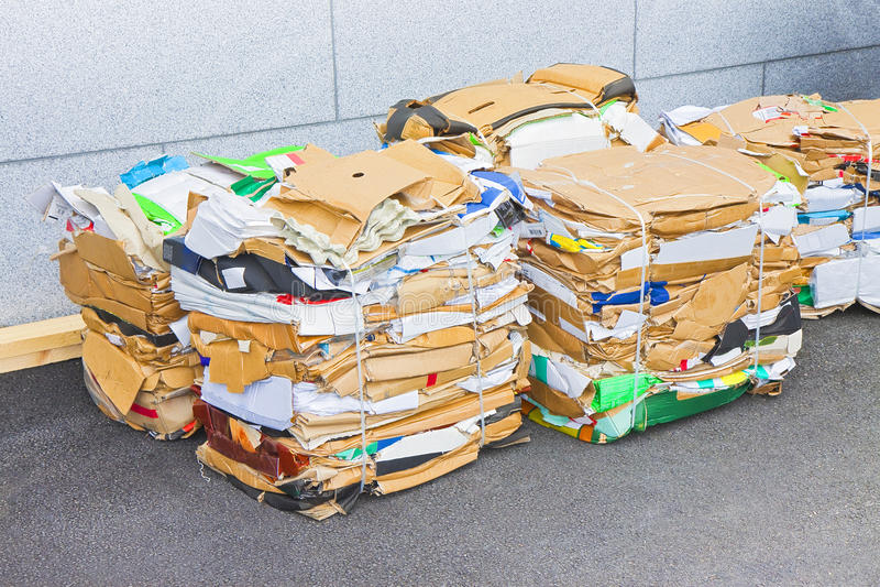 Piles de papier et de carton prêts à être réutilisé images libres de droits