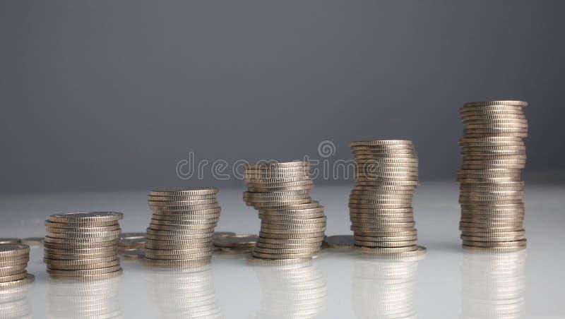 Piles de pièces de monnaie d'argent images stock