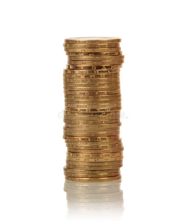 Piles de pièces de monnaie sur le blanc image stock