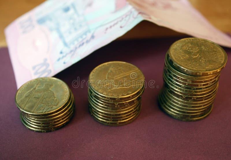 piles de pièces de monnaie de la banque ukrainienne Pièces de monnaie de type ukrainien : Kopek Concept des opérations bancaires, image libre de droits