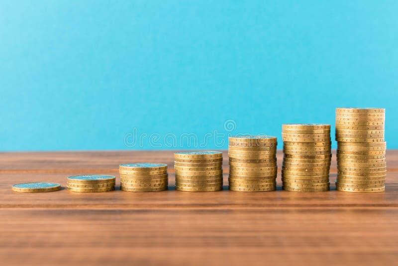 Piles de pièces de monnaie sur une table en bois Concept d'affaires et croissance de capital images stock