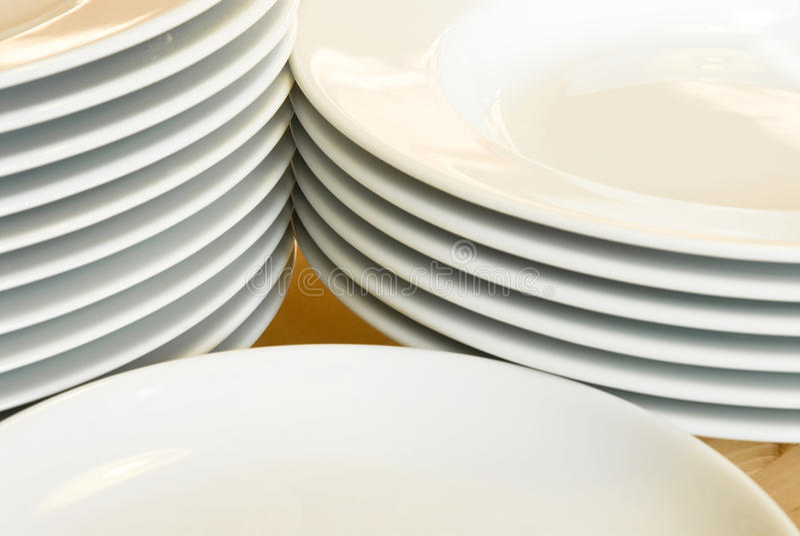 Piles de plaques de dîner blanches image libre de droits
