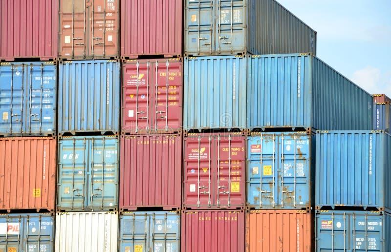 Piles de récipient de cargaison dans le terminal de récipient intérieur photographie stock libre de droits