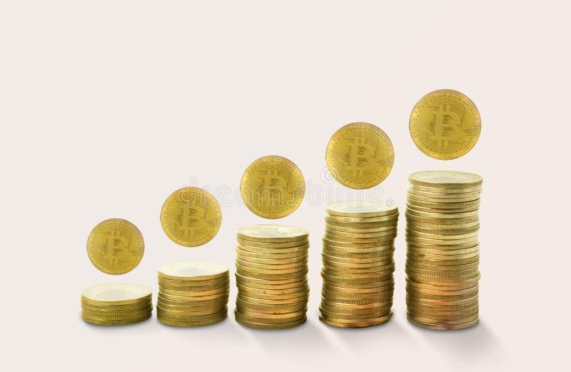 Piles de revenu de pièces d'or avec le bitcoin concept s'élevant d'or photos libres de droits
