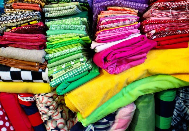 Piles de tissu se pliant sous leur propre poids image libre de droits