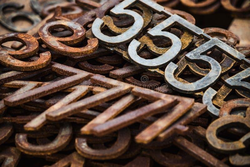Piles des nombres et des lettres rouillés en métal images libres de droits