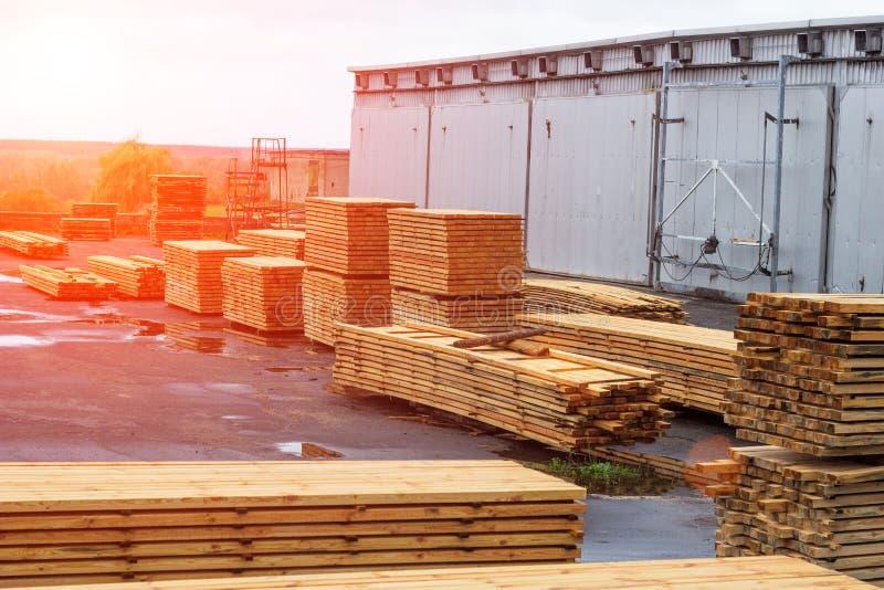 Piles des panneaux en bois dans la scierie, parquet images libres de droits