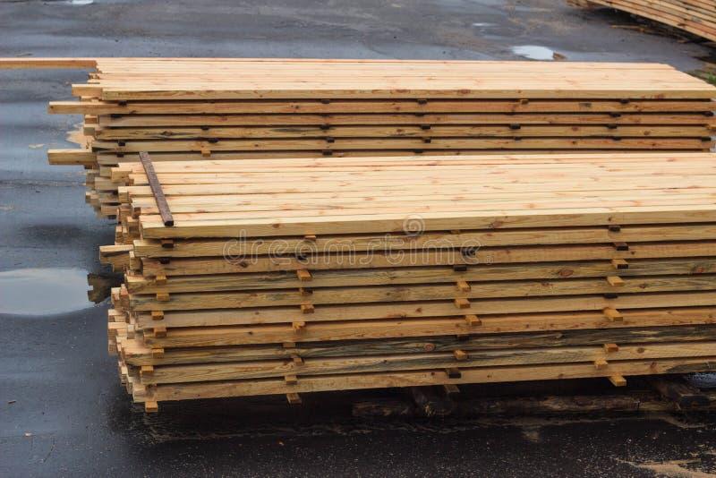 Piles des panneaux en bois dans la scierie, parquet photographie stock libre de droits