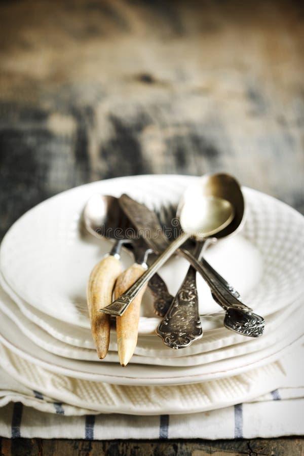 Piles des plats et des couverts de vintage photos libres de droits