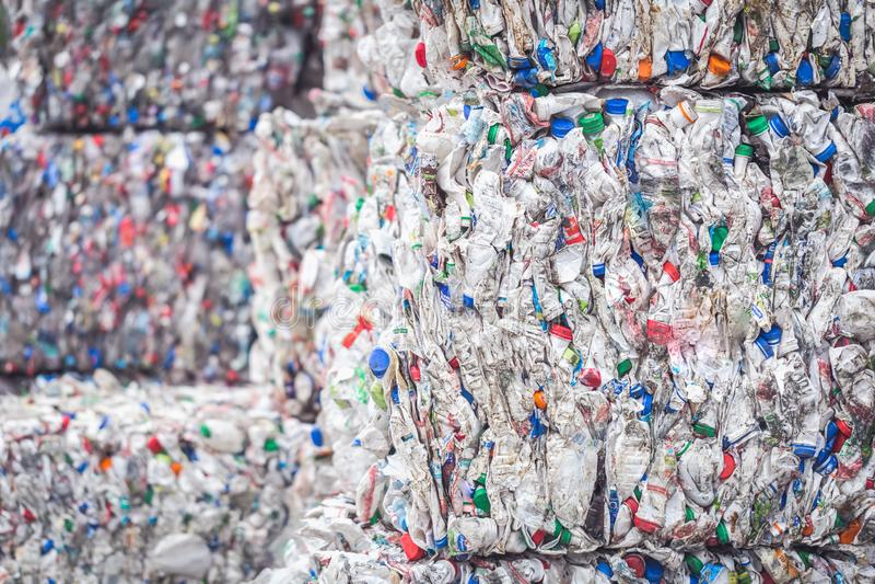 Piles empilées des bouteilles en plastique pour la réutilisation photo stock
