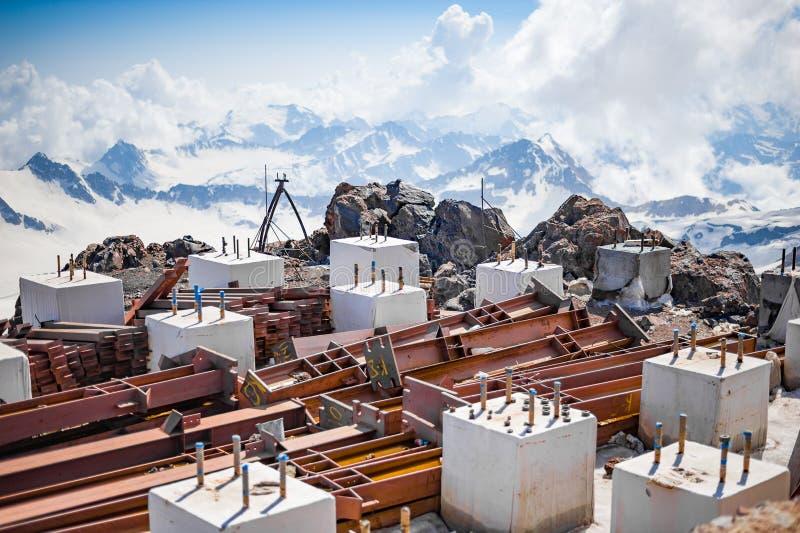 Piles en métal et cubes concrets sur la pente du mont Elbrouz dedans le 5 juillet 2015 dans Elbrus, Russie photos libres de droits