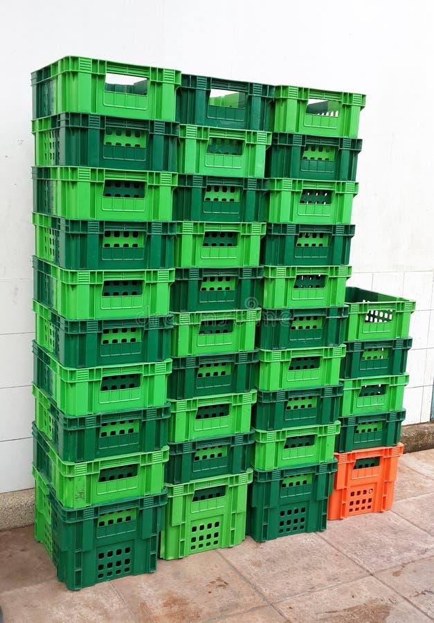 Piles lumineuses de récipients en plastique de couleur photographie stock