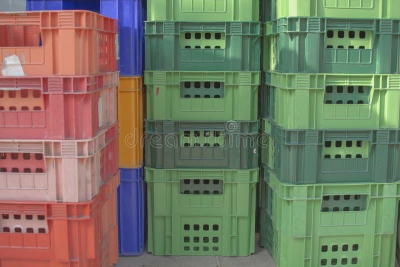 Piles lumineuses de récipients en plastique de couleur Tir horizontal, plastique image stock