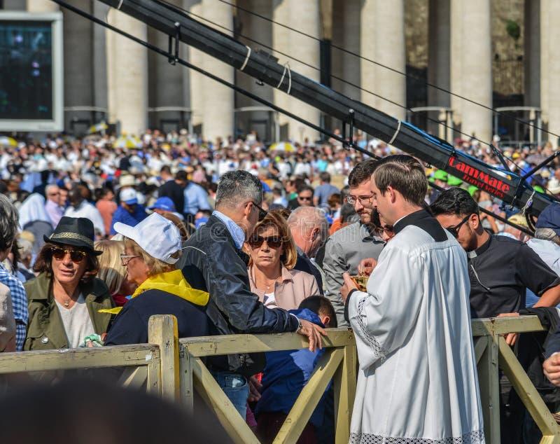 Pilger auf dem St. Peter Square in Vatikan stockfotos