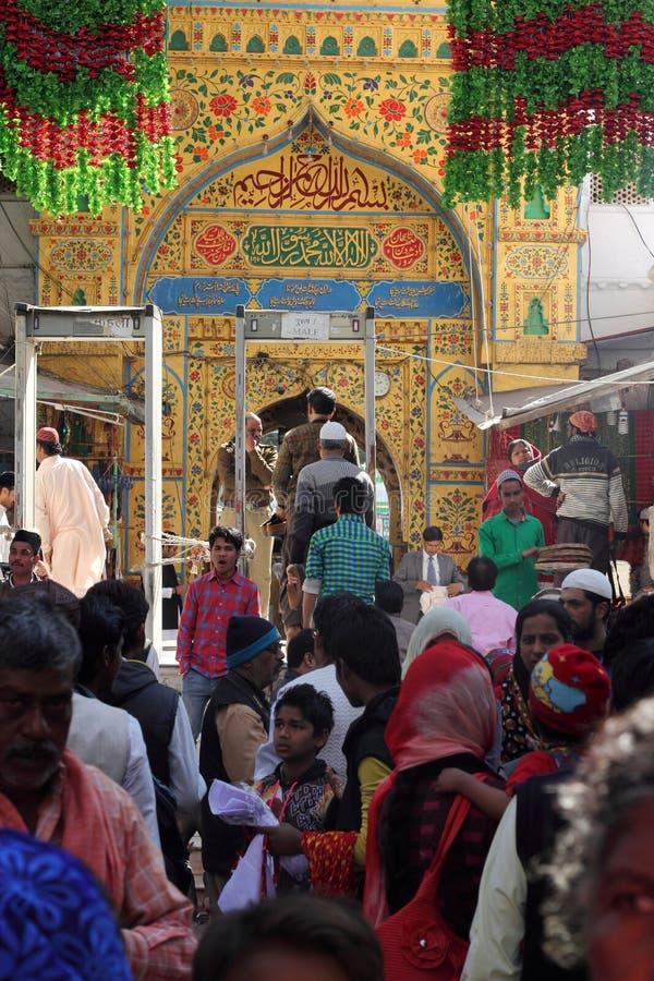 Pilger besuchen den sufi Schrein Dargah-Sheriff in Ajmer, Rajasthan stockbild